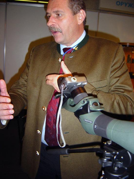 На фото -  адаптер DCA для соединения цифровых фотоаппаратов и подзорных труб. Демонстрация на ARMS-2004