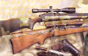 Снайперская винтовка с ореховой ложей (внизу), сконструированная на базе винтовки Ramington 700 и оптического прицела переменной кратности Red-field 3-9х Accu-Range с боковым креплением, - ти-пичная винтовка корпуса морской пехоты США времен вьетнамской войны. Винтовка с ложей, вы-полненной из пластика, - ранний вариант M40A1. Крепеж оптики - верхний