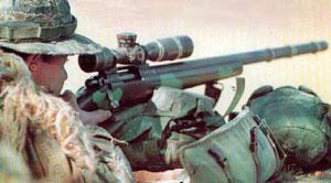 Снайпер морской пехоты США с винтовкой M40A1 с установленным 10-кратным оптическим прицелом Unertl, который пришел на смену прицелу Redfield 3-9x Accu-Range