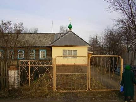 Администрация района выделила общине верующих небольшое здание для отправления богослужений, которое было приспособлено под храм