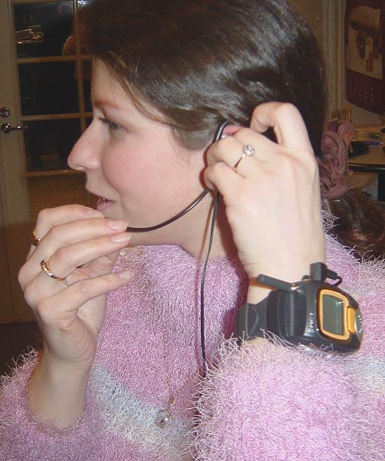 Фото 4 - радиостанция имеет гарнитуру (наушник и микрофон) в комплекте